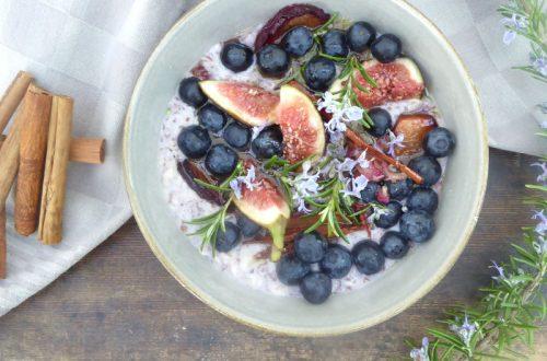 Porridge mit Rosmarin-Feigen und Blaubeeren