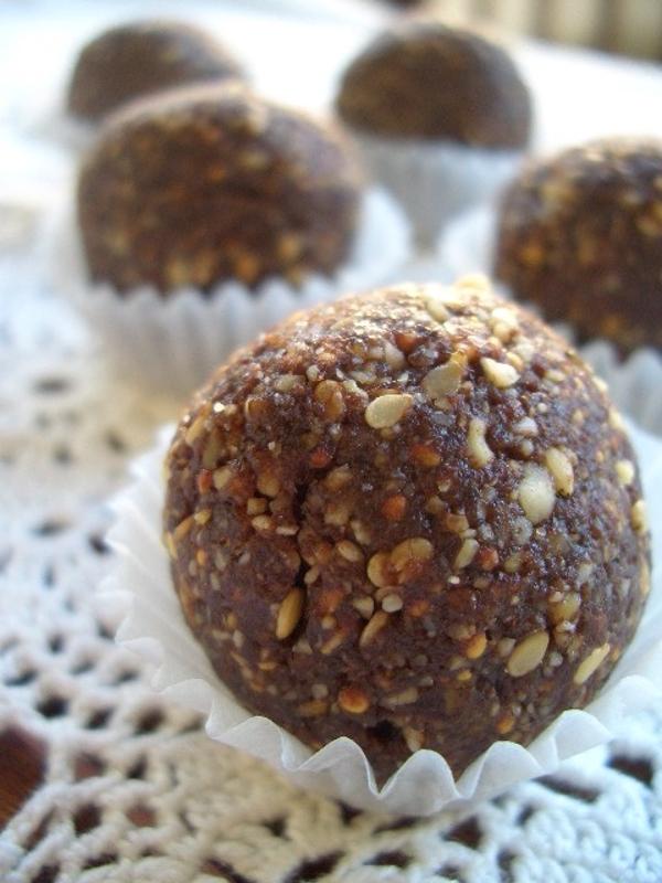 Erdnuss-Sesam-Schoko-Bällchen